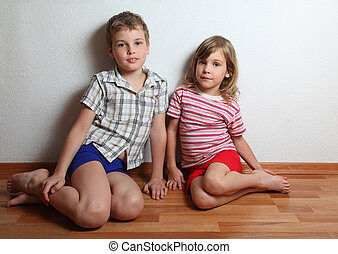 garçon, peu, séance, mur, contre, pensif, penchant, maison, fille souriante, vêtements