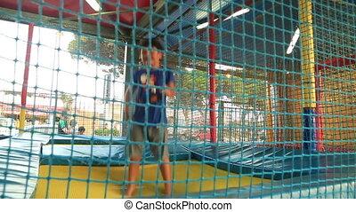garçon, peu, sauter trampoline