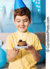 garçon, peu, sien, agréable, anniversaire, poser, gâteau