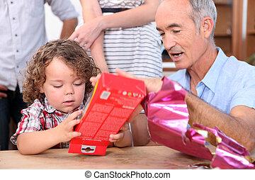 garçon, peu, sien, cadeau, ouverture, grand-père