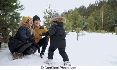 garçon, peu, sien, course, bras, ruées, les, parents, gouttes, snow.