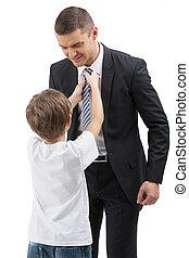 garçon, peu, sien, cravate, ajustement, père, isolé, son., quoique, blanc