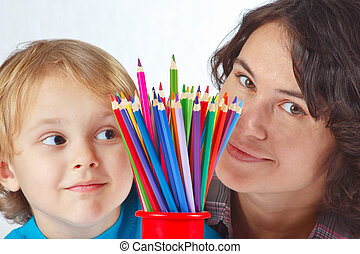 garçon, peu, sien, crayons, fond couleur, mère, blanc
