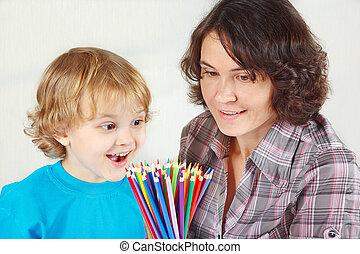 garçon, peu, sien, crayons, fond couleur, mère, sourire, blanc