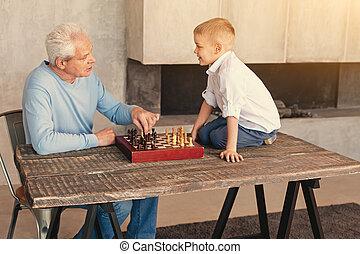 garçon, peu, sien, ensemble, grand-père, échecs, jouer