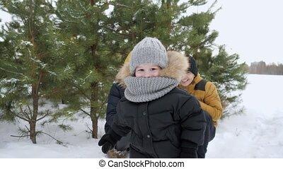 garçon, peu, sien, hiver, chaud, courant, park., parents, loin, vêtements