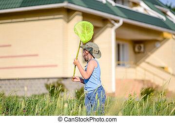 garçon, peu, sien, insectes, maison, dehors, attraper