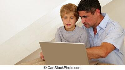 garçon, peu, sien, ordinateur portable, père, utilisation