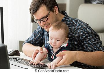garçon, peu, sien, père travaillant, bébé, maison