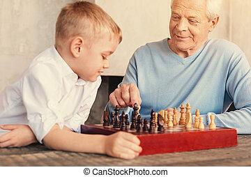 garçon, peu, sien, regarder, mouvement, grand-père, échecs, confection