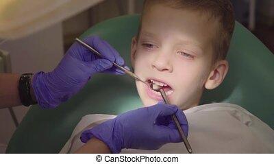 garçon, peu, sien, séance, enfant, dentiste, dentiste, open., bouche, dents, chaise, chèques