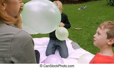 garçon, peu, sien, slowmo, balloon, -, haut, appareil photo, regarde, maman, coups