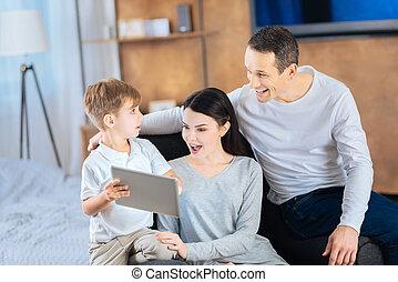 garçon, peu, sien, surprenant, projection, vidéo, parents