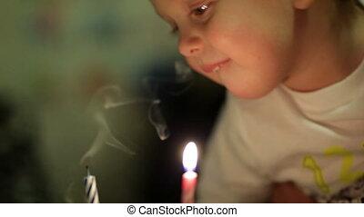 garçon, peu, souffler, candles., dehors