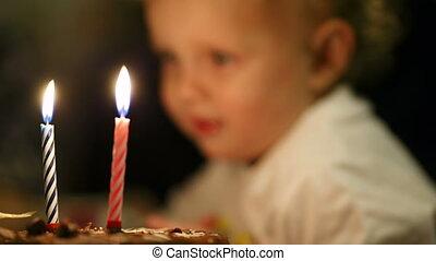 garçon, peu, souffler, sien, bougies, deux, gâteau anniversaire, dehors