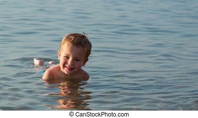 garçon, peu, sourire, mer