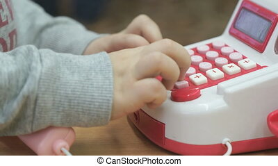garçon, peu, téléphone jouet, intérieur, jouer