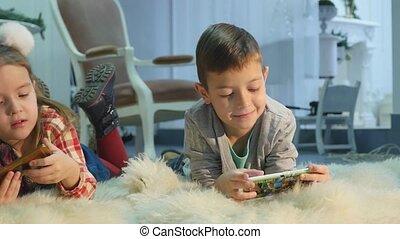 garçon, peu, téléphones mobiles, girl, jouer
