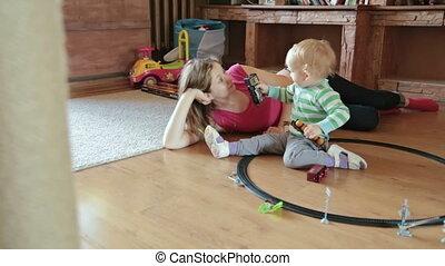 garçon, peu, train jouet, jeu mère