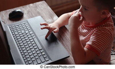 garçon, peu, usages, ordinateur portable, maison
