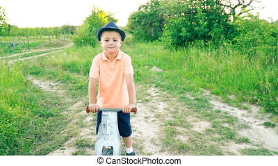 garçon, peu, vélo, pédales, sans, équitation