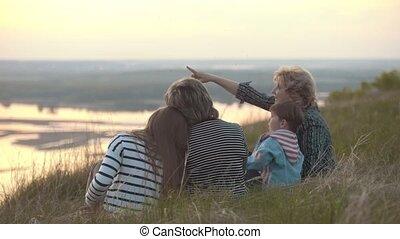 garçon, peu, vacances famille, moustiques, coucher soleil, colline, morsures, heureux