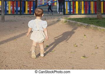 garçon, peu, vers, marche, cour de récréation, bébé