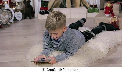 garçon, peu, voyante, salle, exposer, plancher, usage, arbre, numérique, blanc, cheminée, noël, mensonge