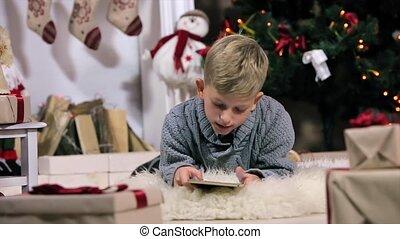 garçon, peu, voyante, salle, exposer, plancher, usage, frontal, arbre, numérique, blanc, cheminée, noël, mensonge