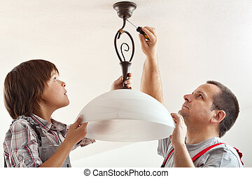 garçon, plafond, sien, monture, père, ensemble, lampe