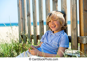 garçon, plage., barrière, séance, suivant, heureux