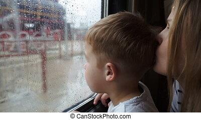 garçon, pluvieux, sien, c'est, quoique, regarder, fenêtre, train, mère, dehors