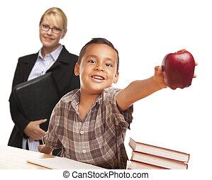 garçon, pomme, hispanique, adulte féminin, étudiant, behind.