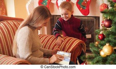 garçon, présent, salle, 4k, donner, mother., noël, suivant, nouvel an, sien, peu, réception, vidéo, famille, sourire, présente, vivant, arbre.