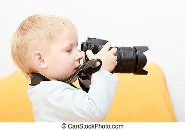 garçon, prendre, photo., appareil photo, enfant, home., jouer, gosse