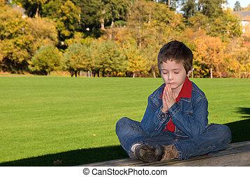garçon, prier, jeune