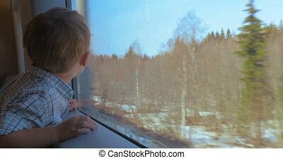 garçon, regarder, fenêtre, train, déménagement hors