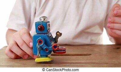 garçon, regarder, robot, rouage horloge, en avant!, tries, aller, poussée, lui