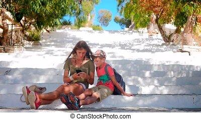garçon, séance femme, jeune regarder, smartphone, escalier