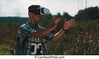 garçon, sac à dos, réalité virtuelle, regarder, device., rue., summer., lunettes