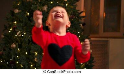 garçon, salle, jouer, mère, arbre, année, bébé, holidays., festively, decorations., maman, nouveau, noël., portrait, décoré, enfantqui commence à marcher, adorable, noël, célébrer, heureux
