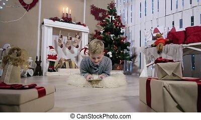 garçon, salle, tablette, arbre, garçon, jouer, appareil photo, rire, numérique, blanc, mouvements, cheminée, noël