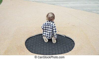 garçon, sauter trampoline