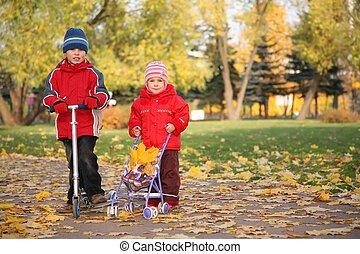 garçon, scooter, parc, automne, voiture, dorlotez fille