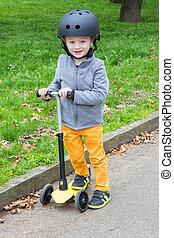 garçon, scooter, parc, jeune, jaune