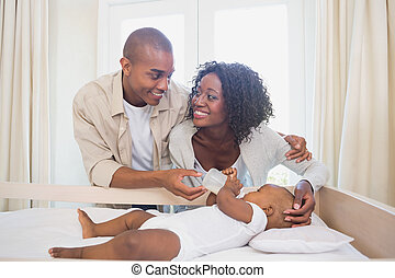 garçon, sien, berceau, leur, alimentation, parents, bébé, heureux