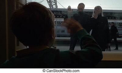 garçon, sien, dire revoir, regarder, train, rail, bras, grands-parents, fenêtre, lent, oscillation, motionview