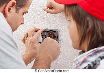 garçon, sien, douille, installs, père, jeune, montres, mur, électrique
