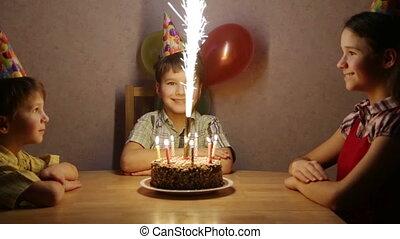 garçon, sien, famille, anniversaire, maison, célébrer
