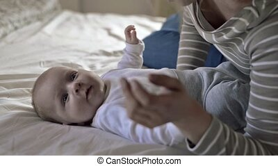garçon, sien, lit, tenu, mère, bébé, mensonge